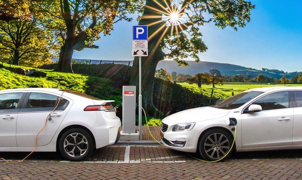 Estaciones de carga colocadas en la ciudad para cargar vehículos de tipo eléctrico