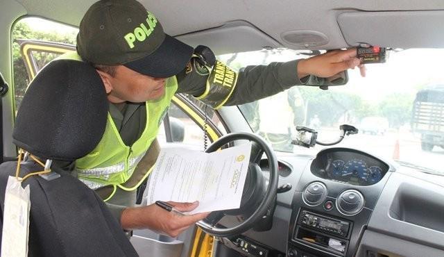 Inspección de los agentes de tránsito para comprobar si existe o no taxímetro adulterado