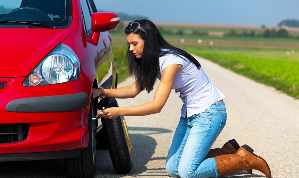 Cómo cambiar un neumático por otro y qué´herramientas son necesarias para el cambio