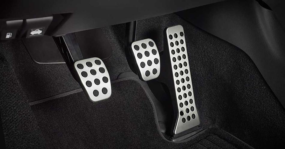 Cómo aprender a utilizar correctamente el embrague, freno y acelerador del auto
