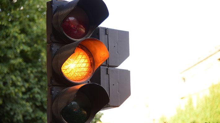 Puedes cruzar el semáforo en amarillo acelerando o estás obligado a detenerte