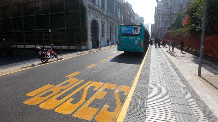 Nuevas pistas solo para microbuses demarcadas por una línea amarilla en el borde izquierdo