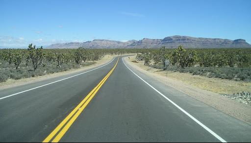 Multa de tránsito que podemos recibir al traspasa una línea continua que divide los sentidos