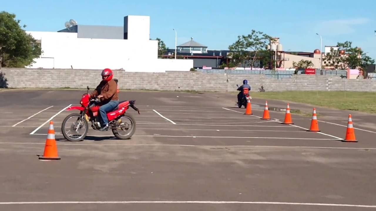 Criterios de evaluación que se aplican en el examen práctico para motociclistas