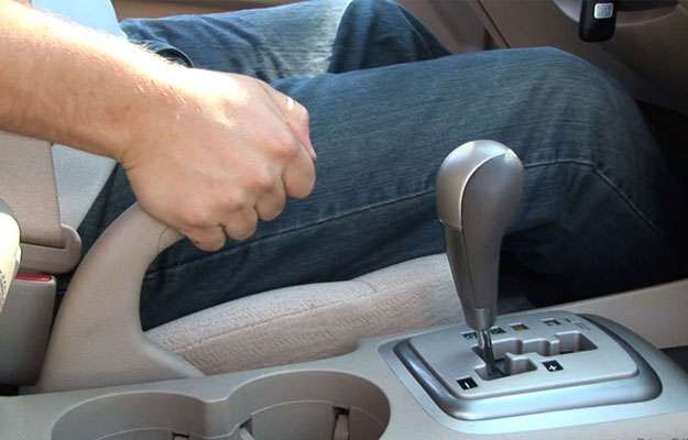 Cómo utilizar el freno de mano del auto