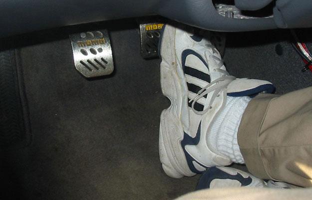 Cómo utilizar el freno de pedal de un auto