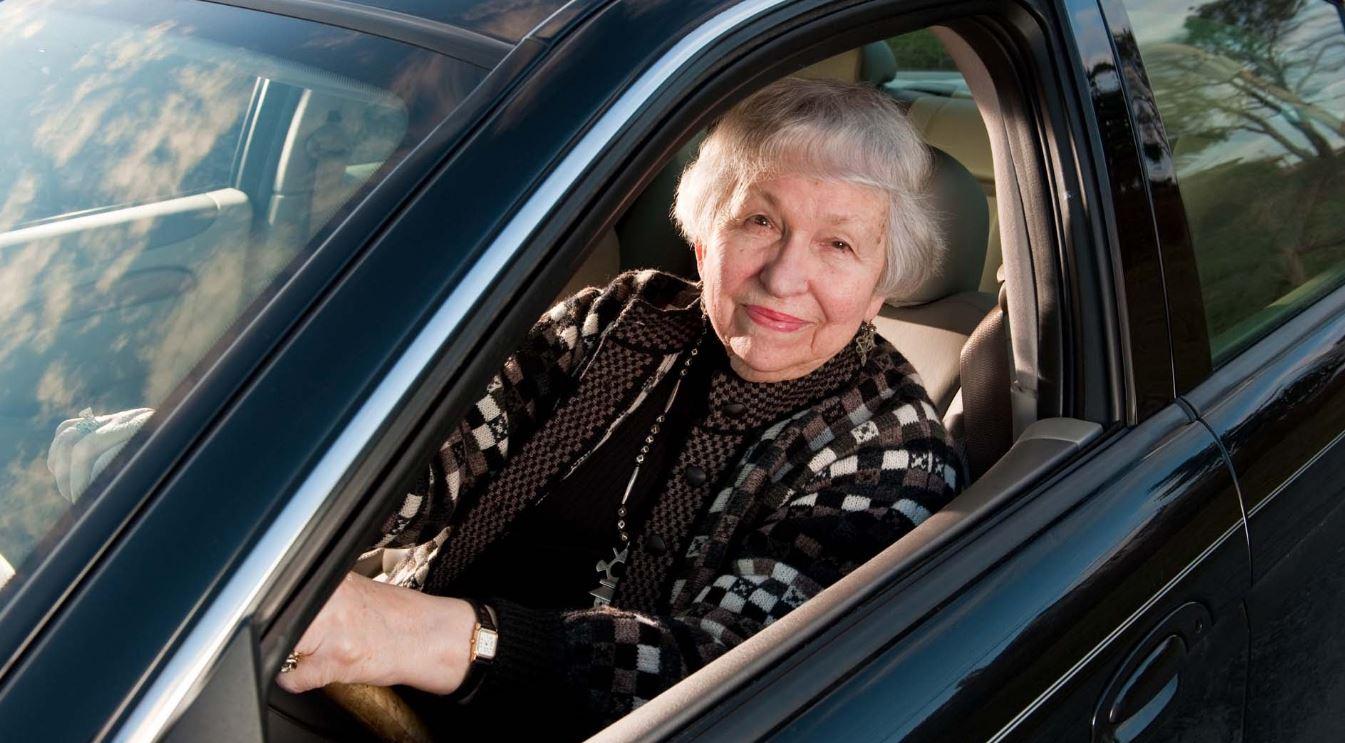 ¿Hasta qué edad un conductor puede sacar una licencia o renovar una antigua?