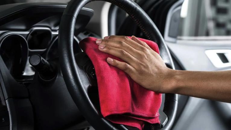 Desinfectantes y trucos y consejos para limpiar las superficies del auto como el volante