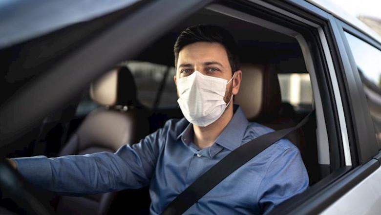 Estoy obligado a llevar la mascarilla de protección en un auto o solamente en la calle