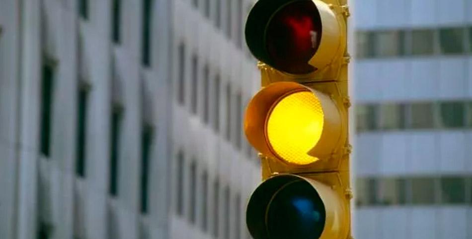 Cual es la multa asociada por cruzar un semáforo en amarillo de manera incorrecta
