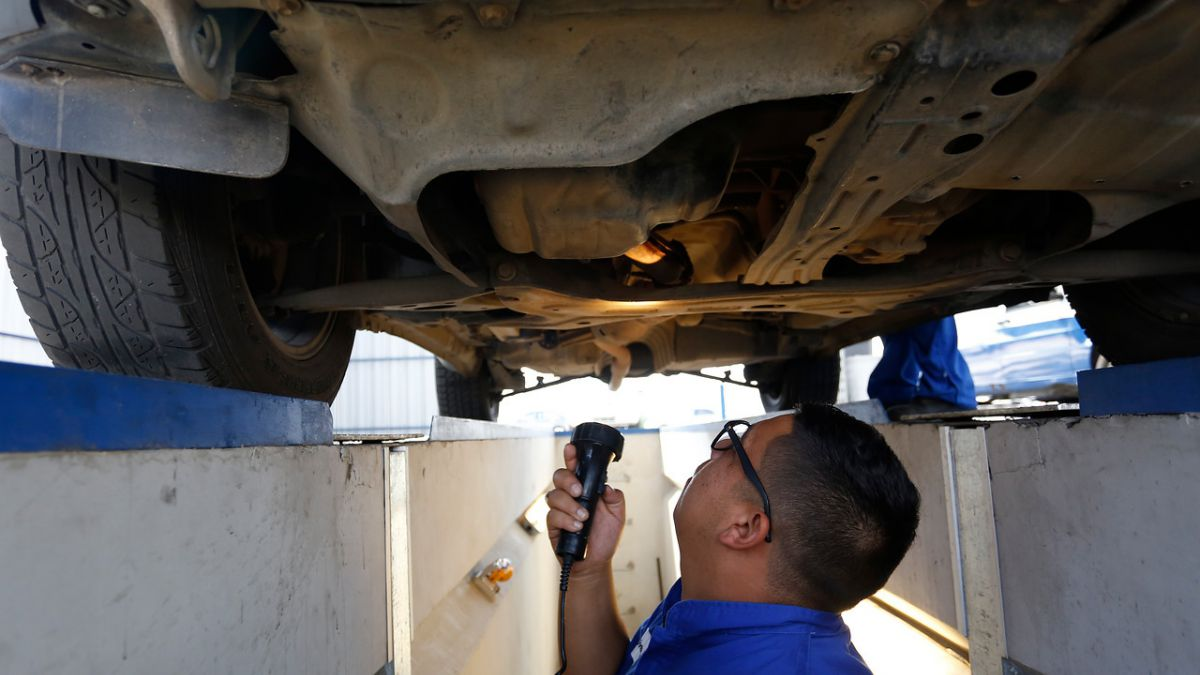 Cómo examinar el correcto estado y funcionamiento de neumáticos y frenos en la revisión