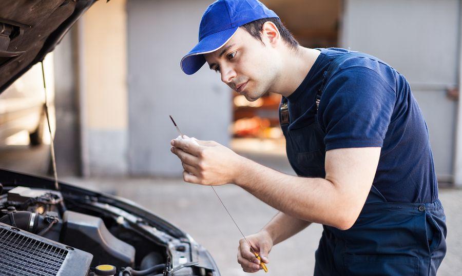 Quién debe cambiar el aceite del auto y como recordar cuando cambiarlo en el motor.