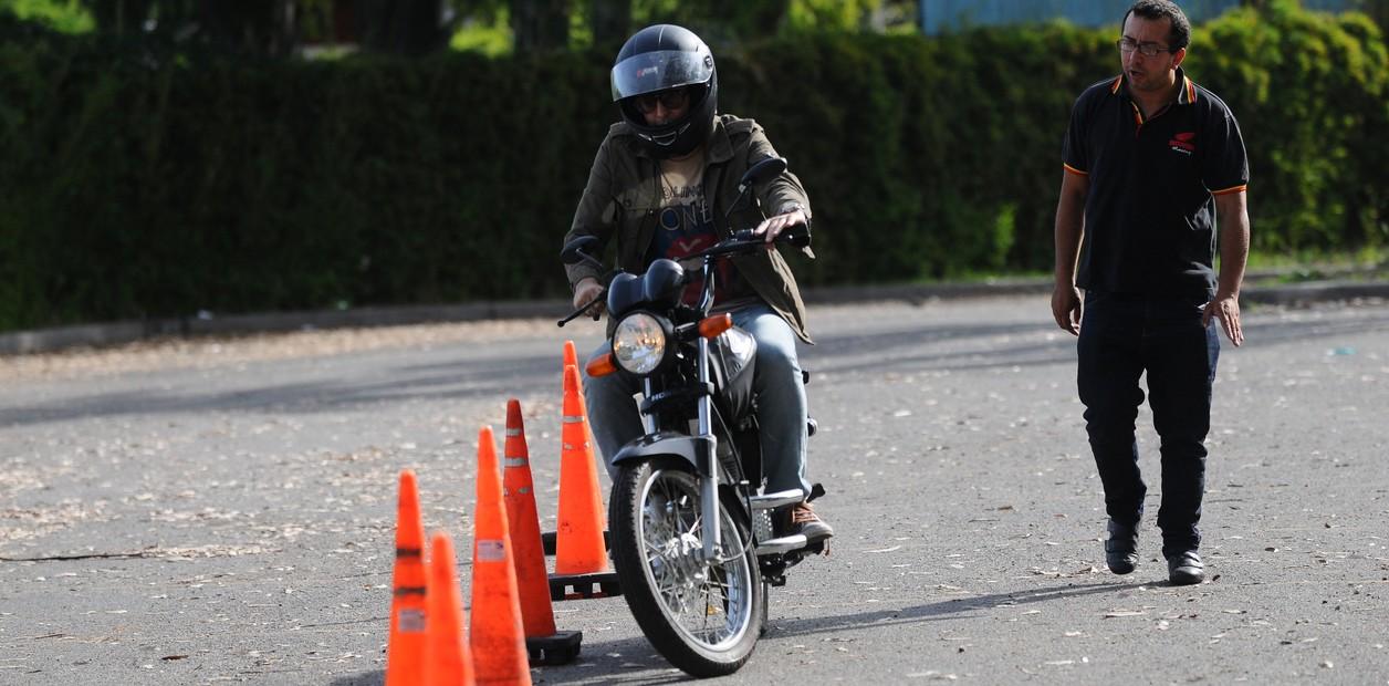 Examen de motociclista para obtener la licencia de clase C con nuevas maniobras