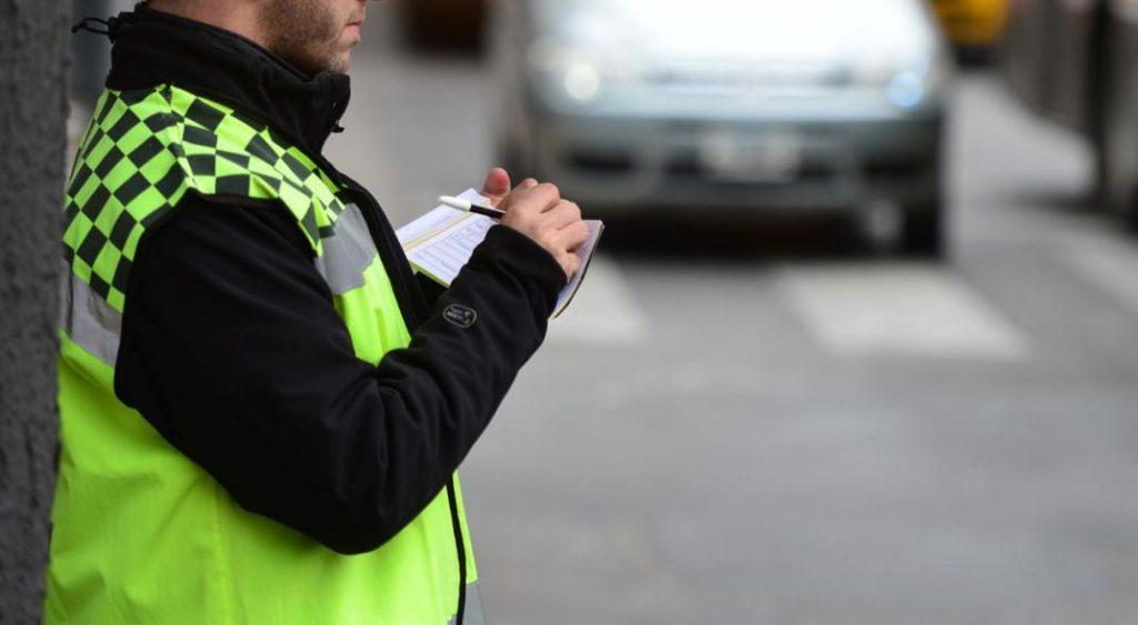 Cómo evitar los partes y las multas por estar mal estacionado en la vía con nuestro vehículo