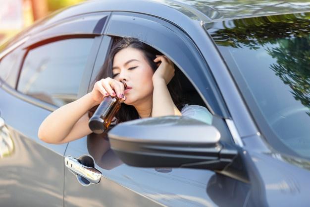 Qué situaciones relacionadas con tomar alcohol dentro de un auto estarán prohibidas por ley