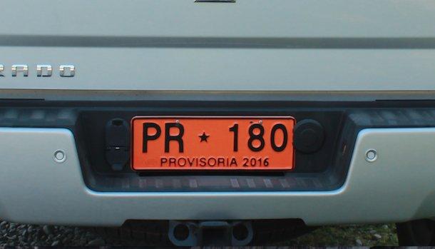Patente provisoria para auto con letras negras y fondo naranja de uso solo temporal
