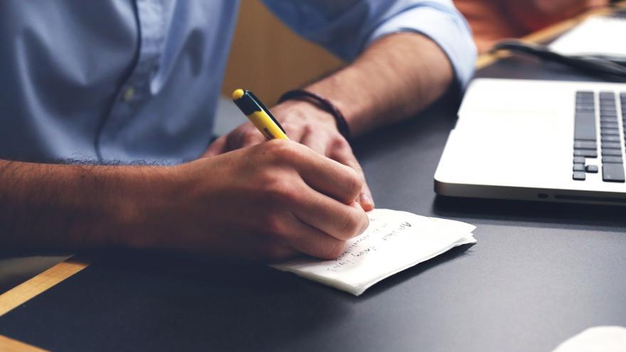 Cómo emitir un poder notarial que establezca una persona representante para comprar auto