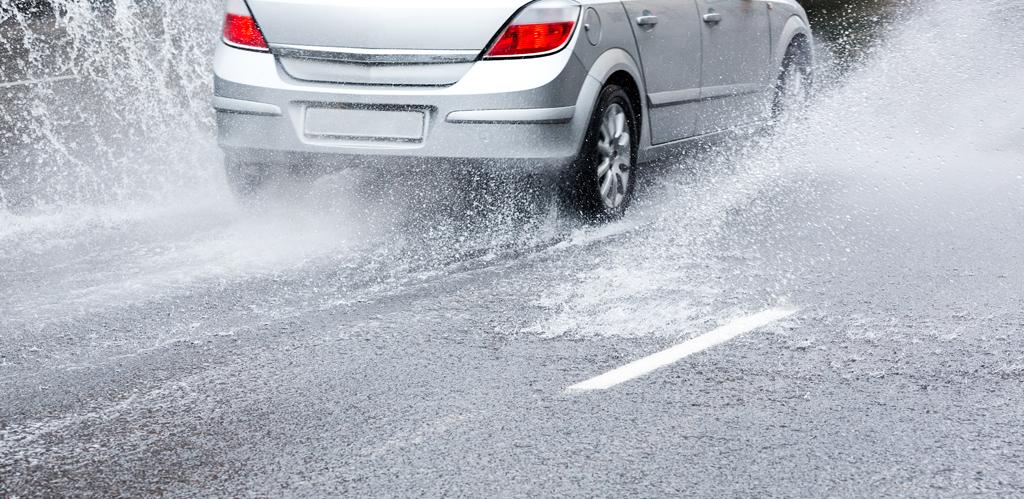 Consejos para la conducción de vehículos con lluvia y mantención de neumáticos y frenos