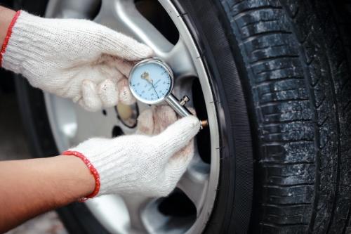 Comprobación manual de la presión de los neumáticos