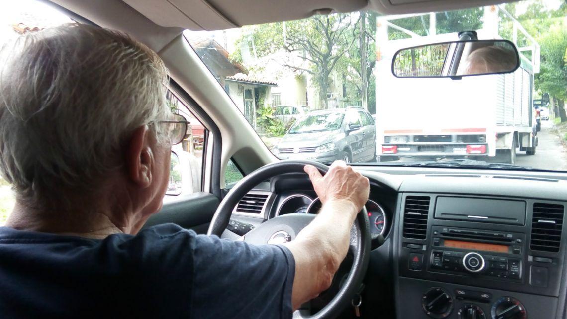 Cuál es la rebaja para adultos mayores en algunas municipalidades en la licencia de conducción