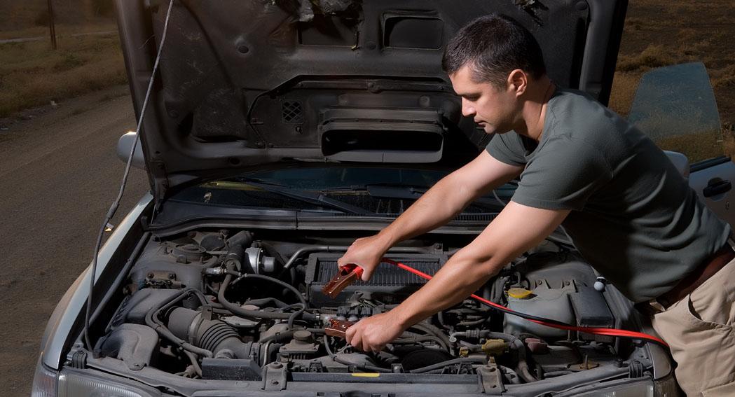 Recargar o reemplazar la batería del auto dependiendo de la falla que me aparezca