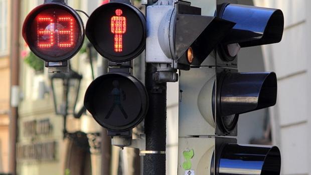 Semáforo peatonal con cuenta regresiva que avisa del momento en que cambia la luz