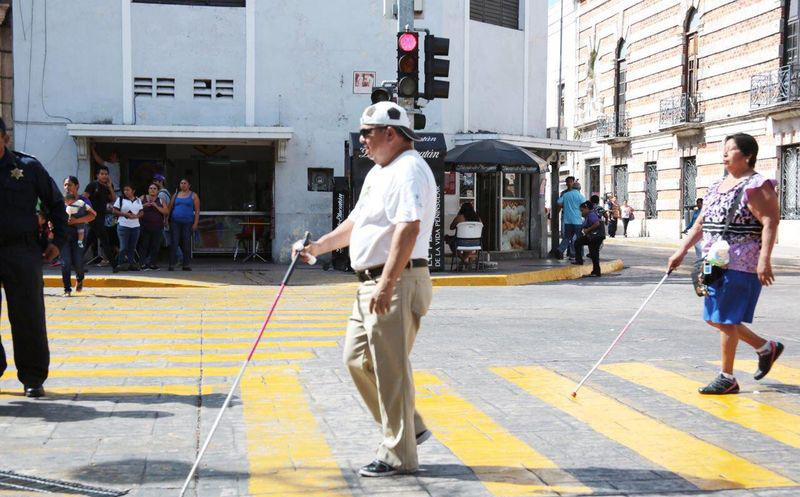 Semáforo peatonal con señal audible que indica a ciegos cuando deben cruzar.