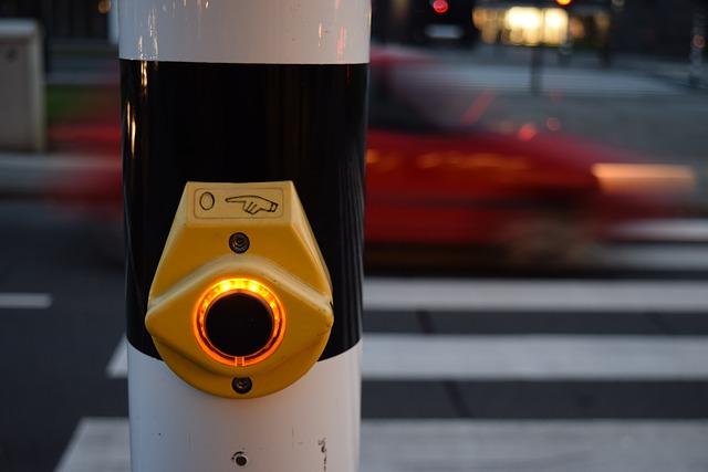Semáforo peatonal con un pulsador para aquellos que quieren cruzar la calle