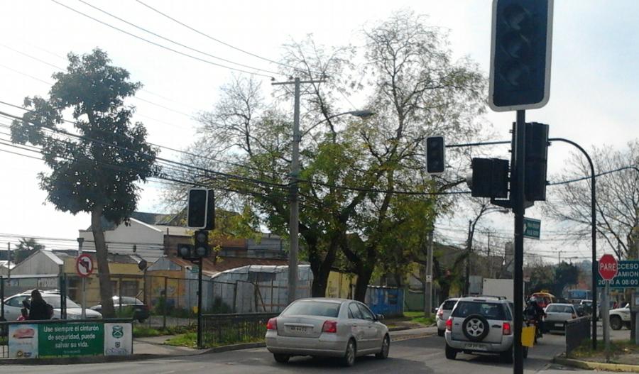 Semáforos de control vehicular en los virajes que crucen con otra intersección