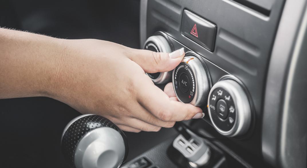 Evitar el mal uso del aire acondicionado y la calefacción del auto para gastar menos gasolina