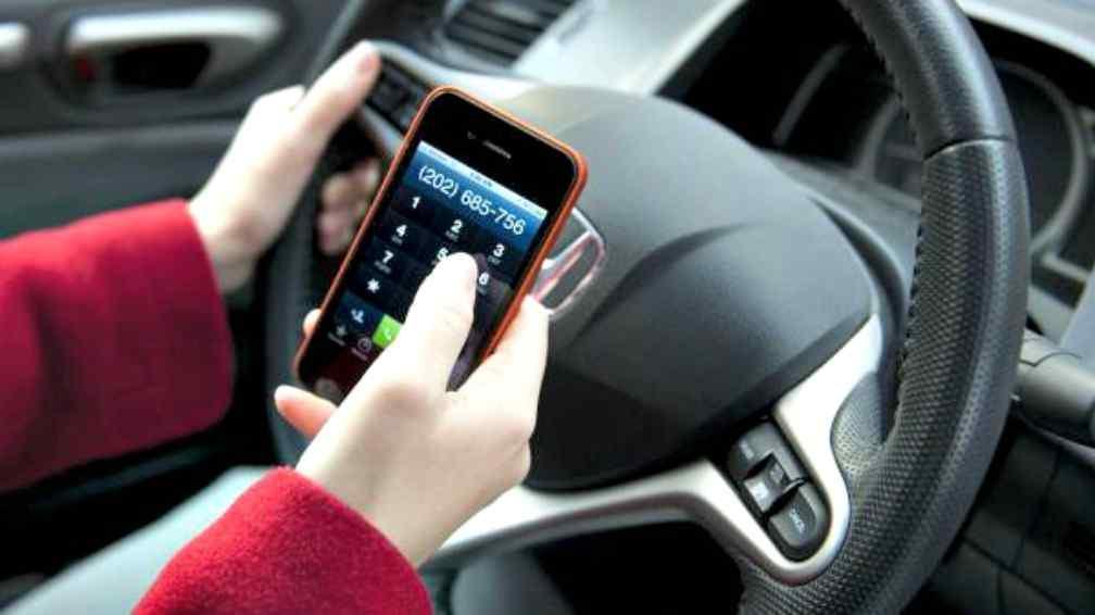 Sanciones por manejar un vehículo utilizando el celular