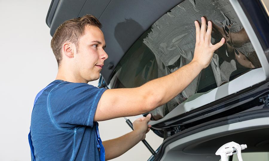 Cómo colocar vidrios polarizados en el auto con sello de certificación para evitar multas.