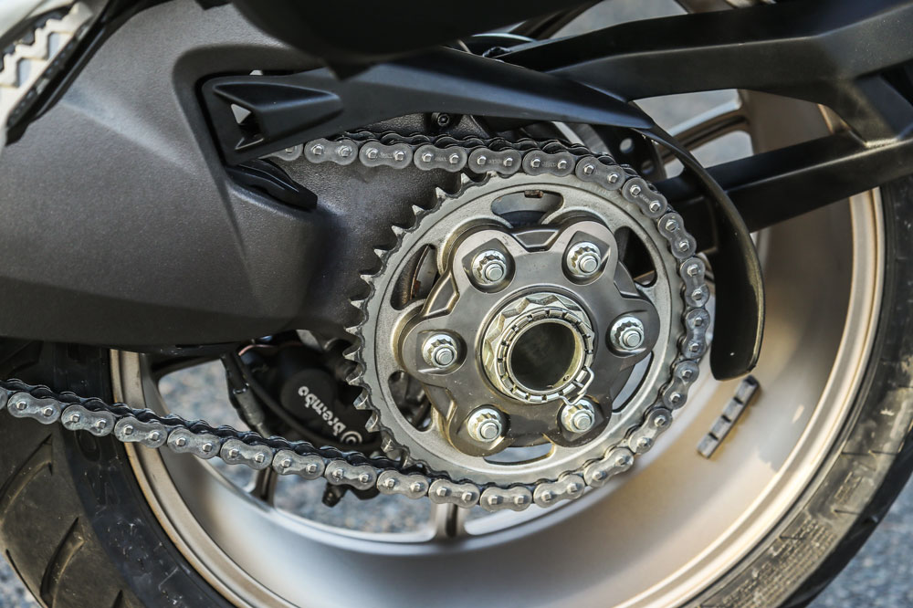 Piñon, corona o catalina de la motocicleta y cadena tensada
