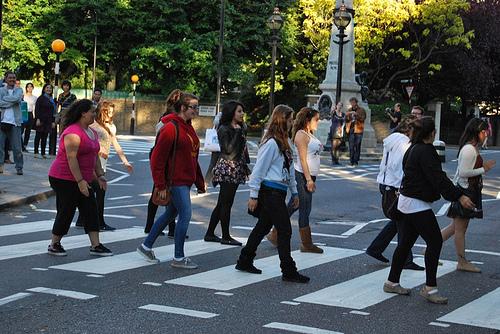 Paso de peatones y personas cruzándolo seguridad vial