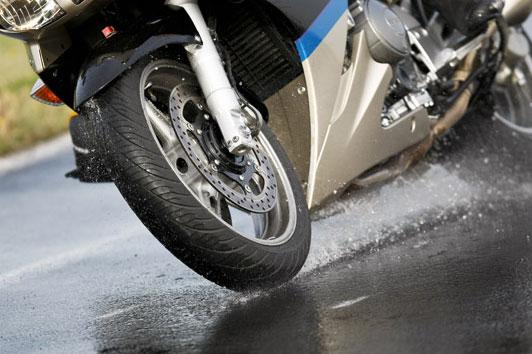 Comprobar presión y desgaste de los neumáticos de una motocicleta