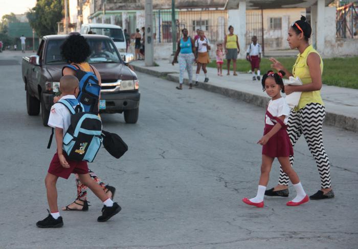 Infantes cruzando incorrectamente la vía sin paso de peatones
