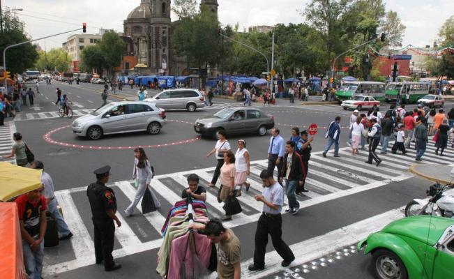 Niños y ancianos caminando en un paso de peatones en Chile
