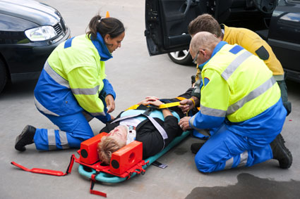 Cómo auxiliar a motociclista con primeros auxilios en accidente de tránsito