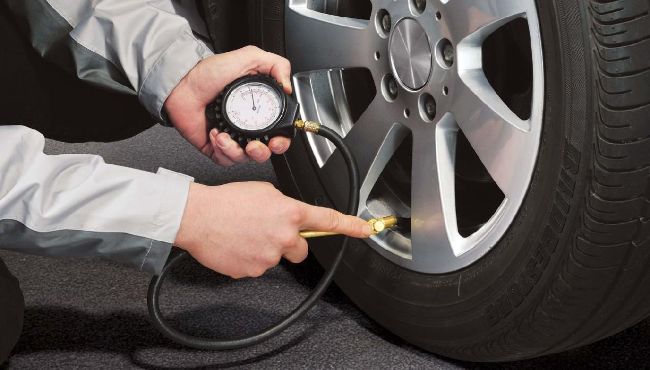 Neumáticos del vehículo de goma con presión de inflado adecuada