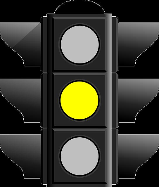 Semáforo con luz amarilla fija para motociclistas que significa prevención