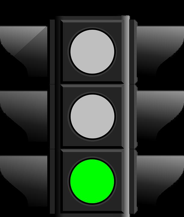 Semáforo con la luz verde que permite a los vehículos avanzar
