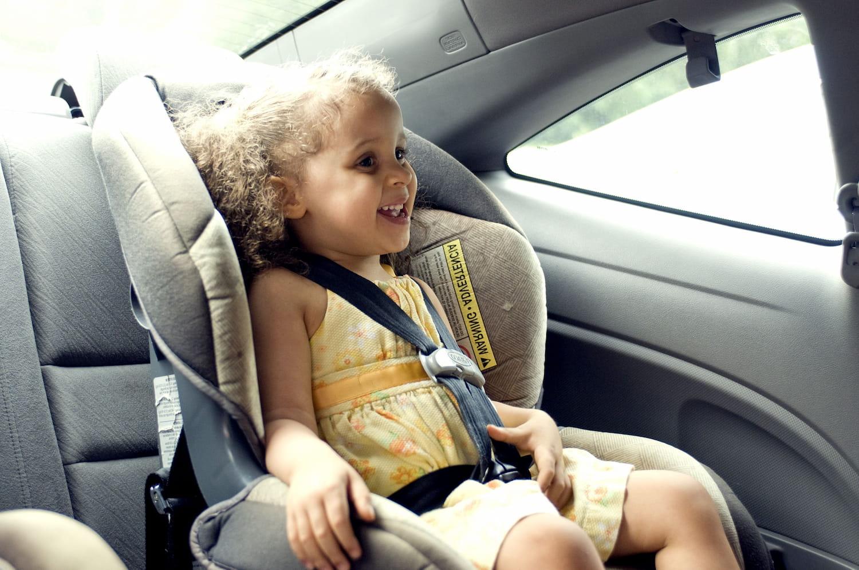 Retener a un infante para mejorar la seguridad cuando está en un vehículo